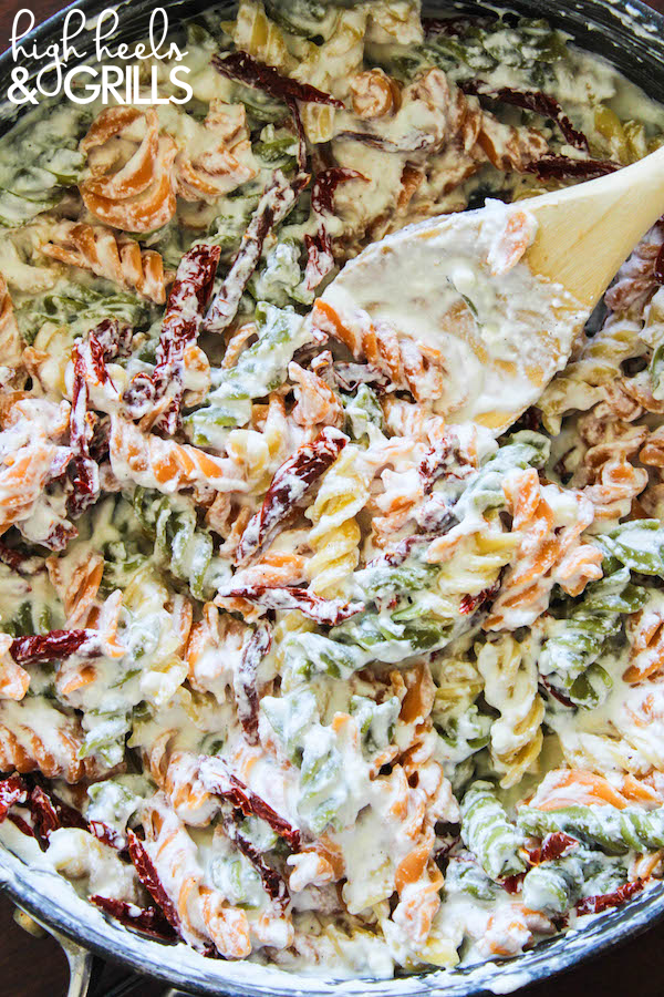 Skinny Gorgonzola Pasta with Sundried Tomatoes - This is an awesome, lightened up dinner recipe! #RonzoniSummer https://www.highheelsandgrills.com/skinny-gorgonzola-pasta-with-sundried-tomatoes/