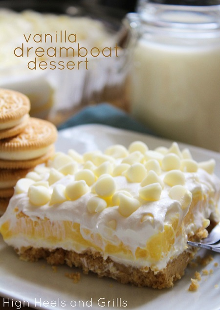 Vanilla Dreamboat Dessert - Layers of Golden Oreos, vanilla pudding, whipped topping, and white chocolate chips. This is the vanilla lovers dream!
